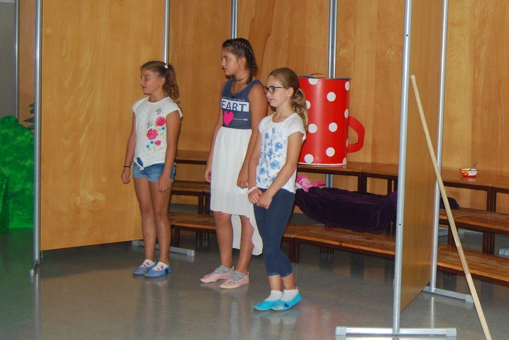 Maša, Sarah in Živa so nastopile s pesmicami o šoli.