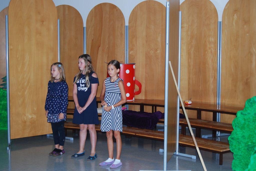 Manca, Sara in Jerca: Šolski zvonec glasno kliče...