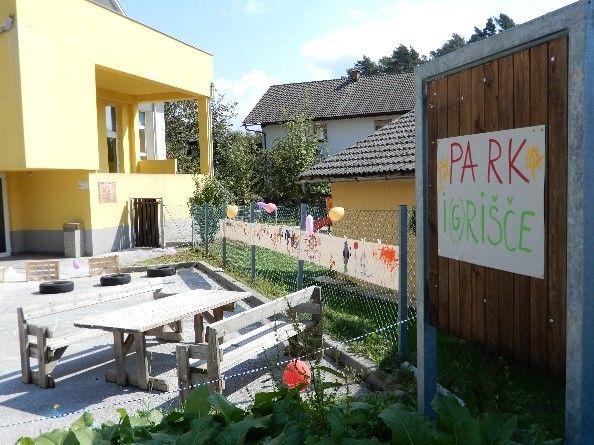 Prazno parkirišče pred vrtcem Čriček na Zgornji Beli se je spremenilo v  PARKi(g)rišče