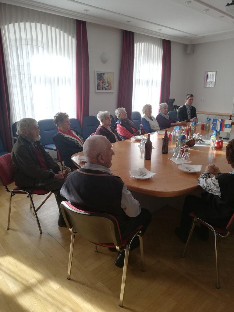 Preddvorski župan Rok Roblek je na tradicionalnem decembrskem sprejemu gostil občane, stare 90 let in več