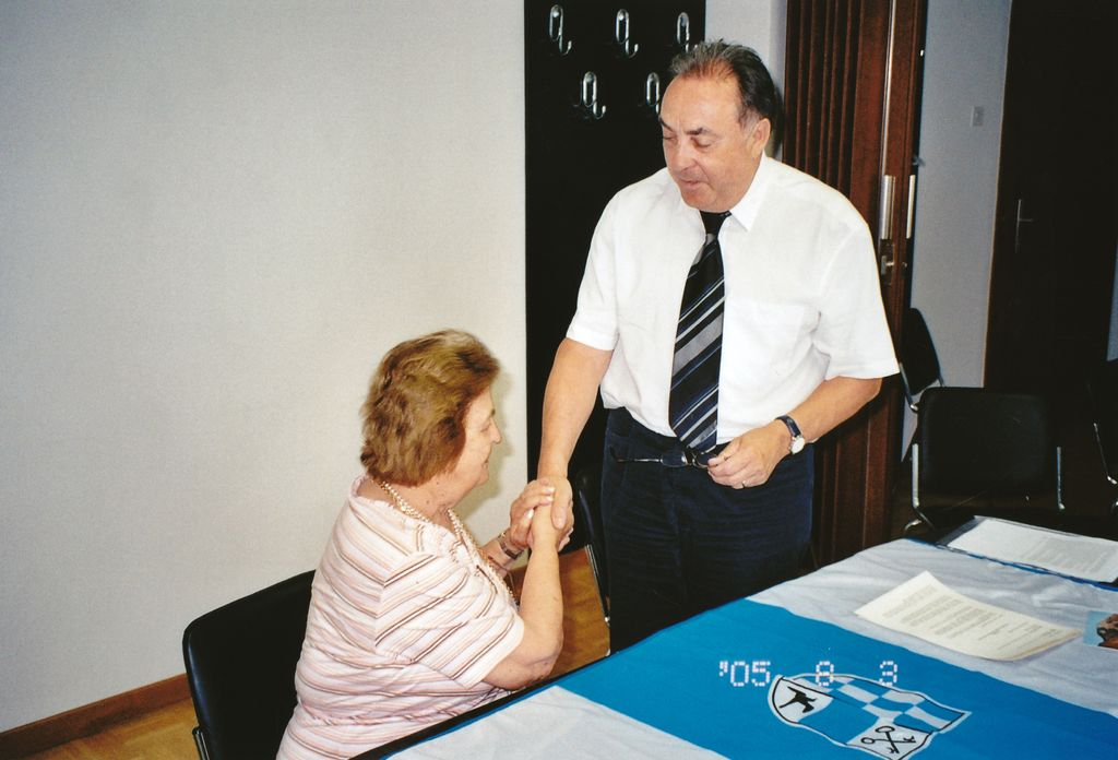 Podpis pogodbe leta 2005 in trden stisk »darilne« roke Božene Dev, ki je tedanjemu županu Preddvora Franciju Ekarju za občino poklonila lovsko kočo z zemljiščem; to je bil temelj in osnova za postavitev in izgradnjo zavetišča
