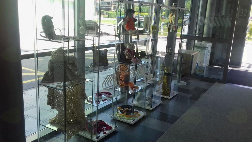 KVAČKA NAS DRUŽI, razstava članic skupine kvačkanje Univerze za tretje življenjsko obdobje Logatec