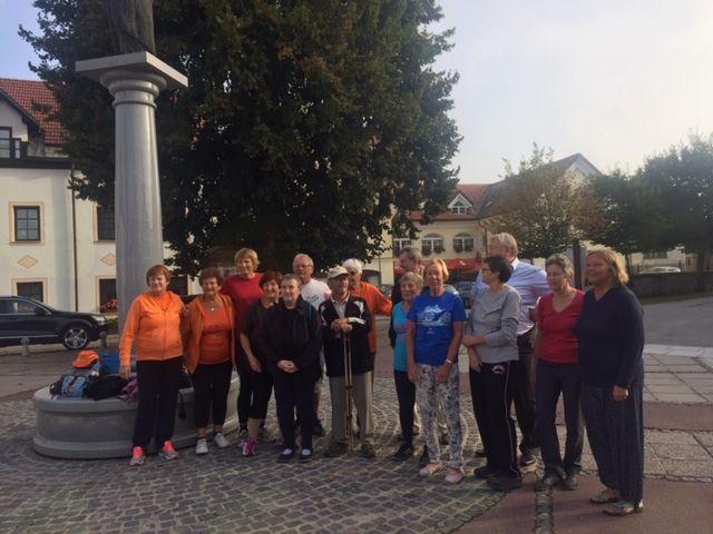 Tudi v Logatcu se je začelo - brezplačna jutranja telovadba na trgu Sv. Nikolaja s Šolo zdravja