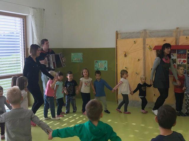 Otroci vrtca v Rovtah od Dnevu slovenske hrane prepevali o čebelica