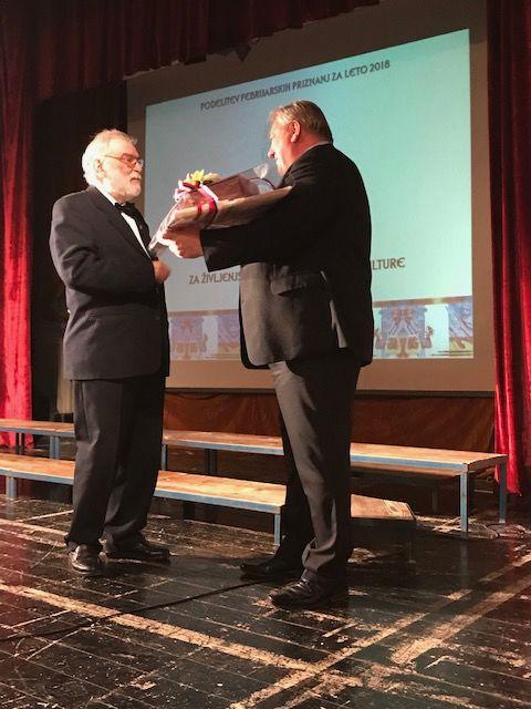 Februarsko priznanje za življenjsko delo na področju kulture  v roke Primožu Sarku