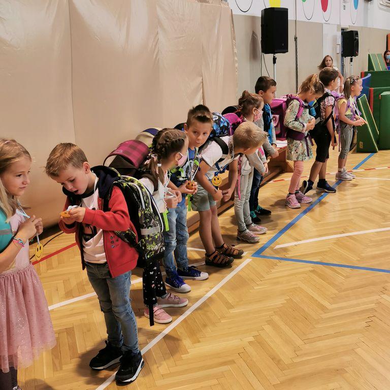 Prvi šolski dan kljub maskam poln veselja