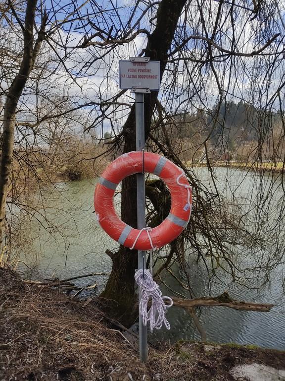 Reševalna obroča nameščena ob Lokvi