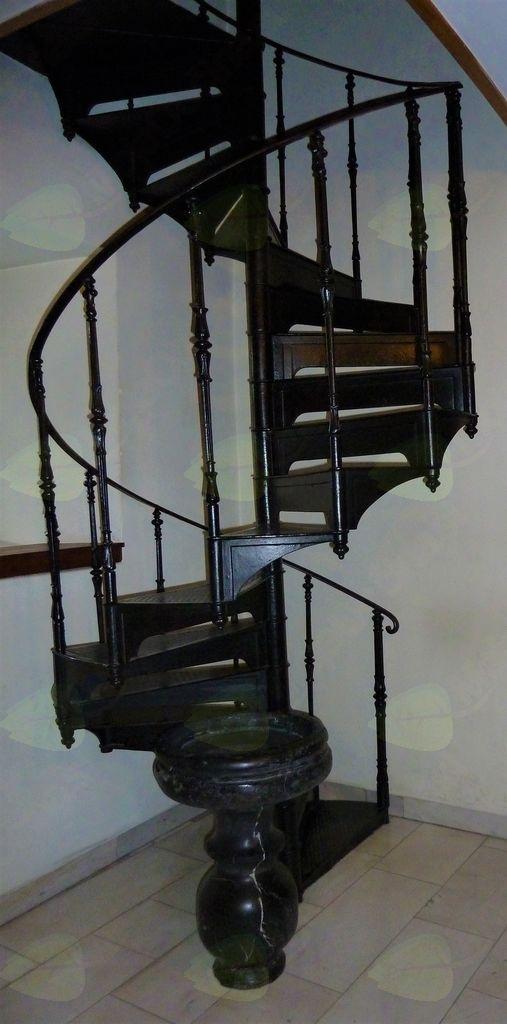 Župnijska cerkev sv. Nikolaja v Dolnjem Logatcu: litoželezne spiralne stopnice