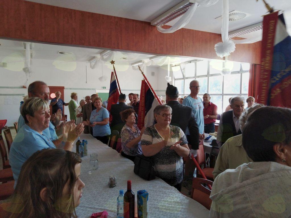 Udeleženci pozdravljajo odhod praporčakov