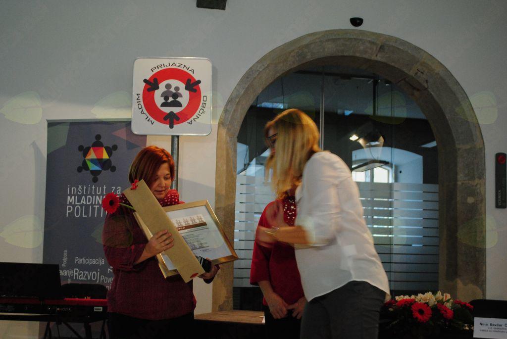 Mojci Remškar Planinc certifikat izroča Nina Bavčar Čargo (IMP)
