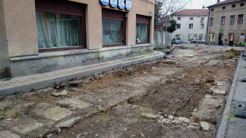 Obnova Kastre: stroji tik pred Lavričevim trgom