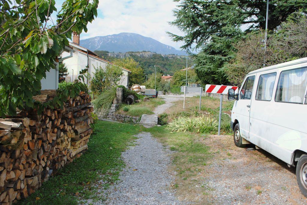 Makadamski del Lavričeve ceste v prenovo