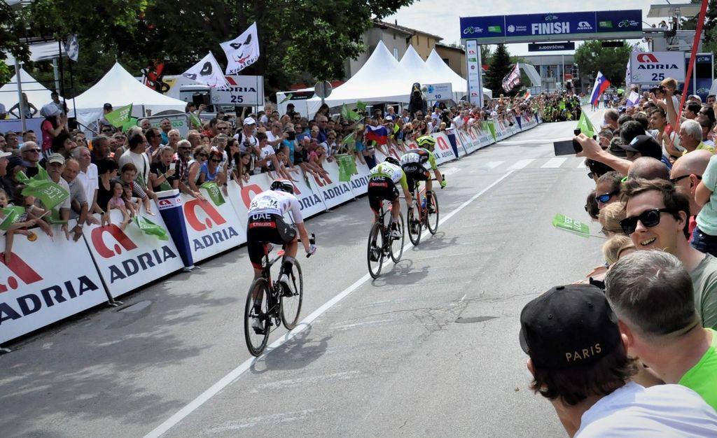 Navijaški spektakel na cilju 4. etape