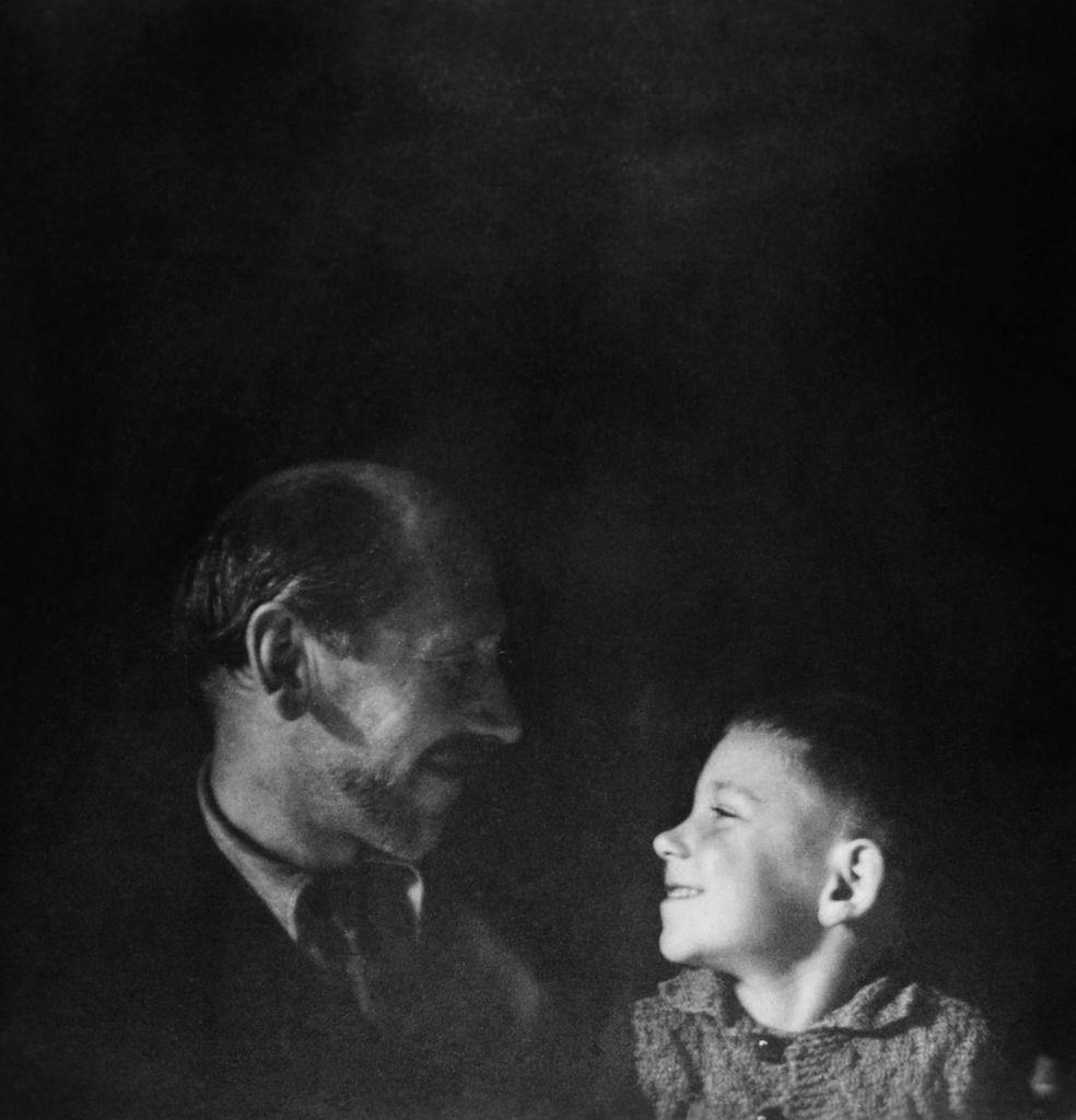 Reprodukcija:  Veno in Dominique Pilon, ok. 1945, ČB fotografija (posneto s samosprožilcem)