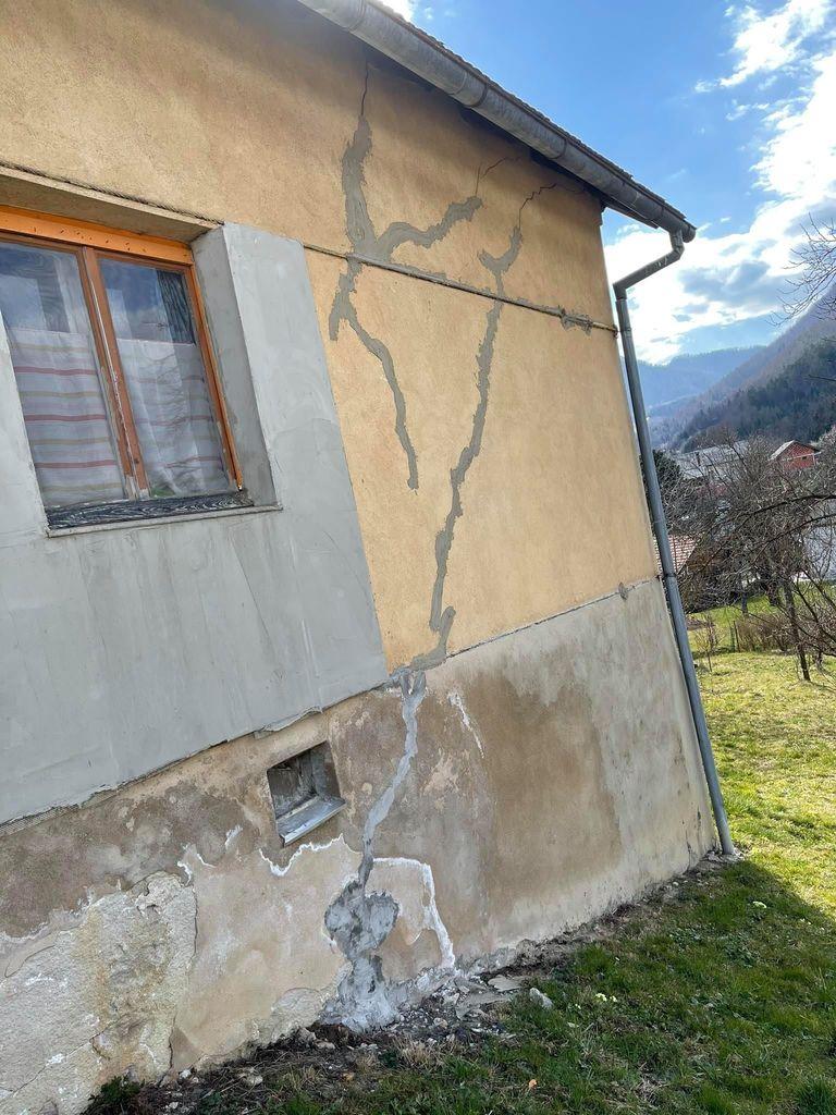Hiša, zvezana z železnimi vrvmi.