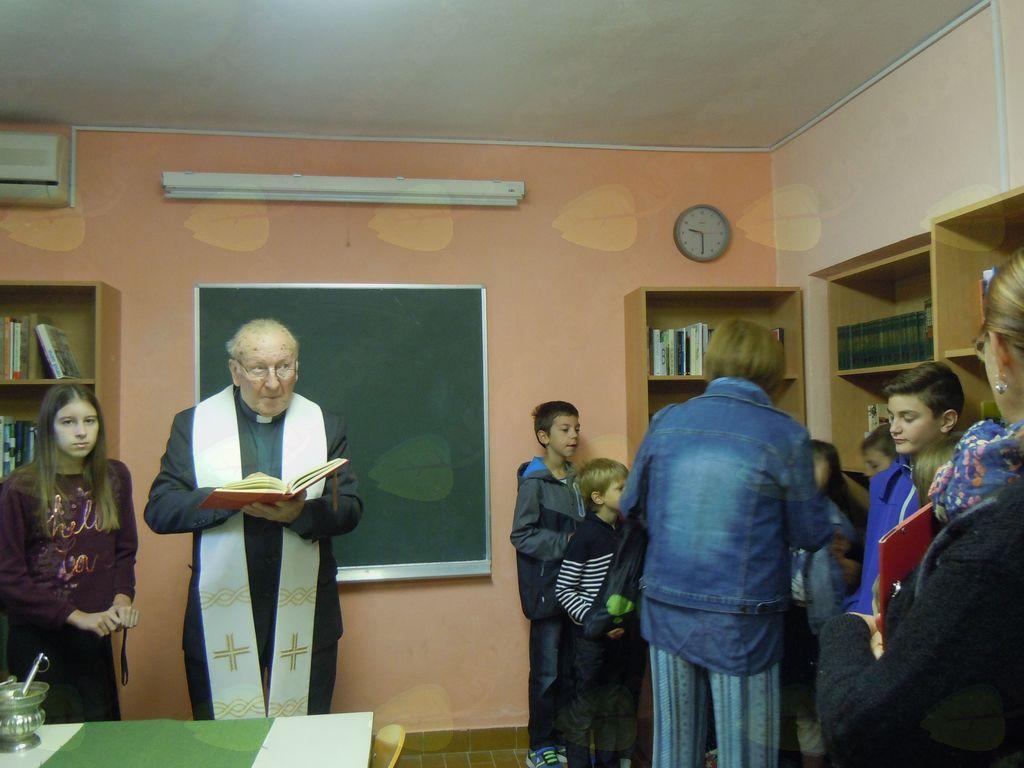Gospod župnik Franc Kralj med blagoslovom knjižnice