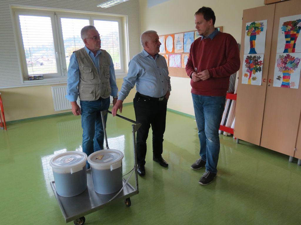 Otroci pridelali 60 kilogramov šolskega medu
