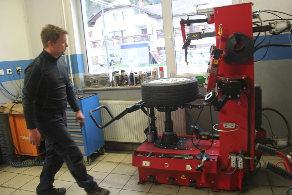 Robot za menjavo pnevmatik omogoča manj stika.