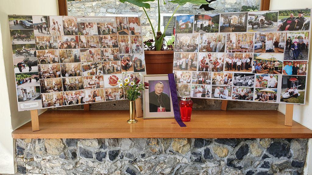 Razstava fotografij ob obiskih nadškofa Urana na Vrzdencu.