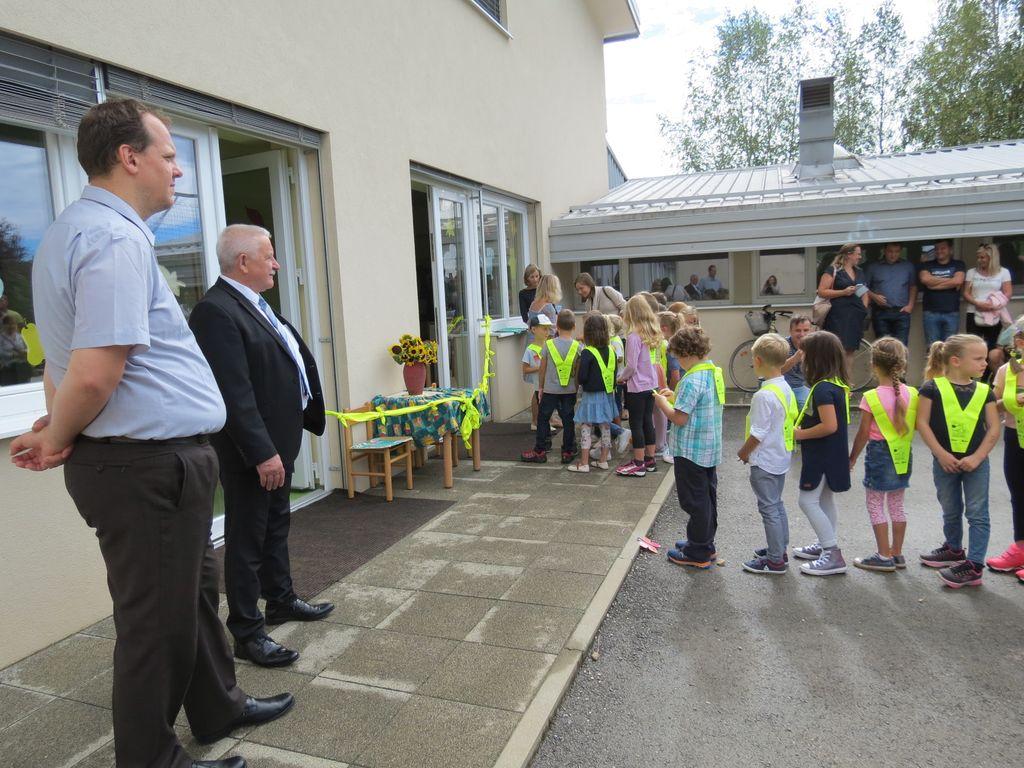 Tako kot vsako leto, sta tudi tokrat prvošolčke na tem pomembnem koraku pozdravila ravnatelj šole in župan.
