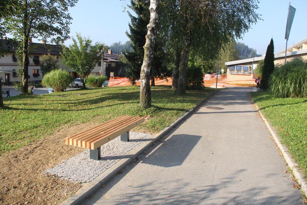 Del poti je asfaltiran, povsod pa so krožno pot opremili s klopcami.