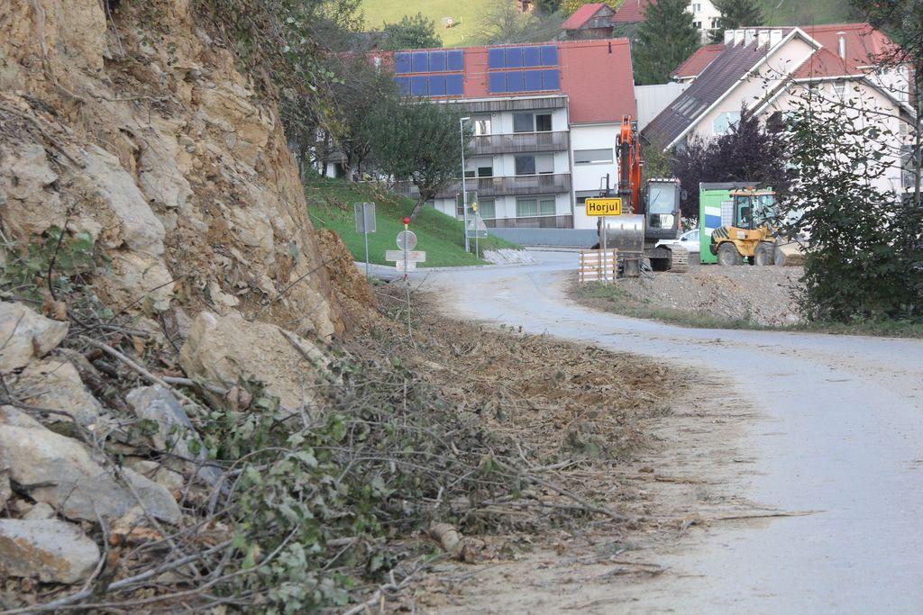Nova širina ceste bo znašala 5 metrov, poleg tega bosta urejeni tudi bankini.