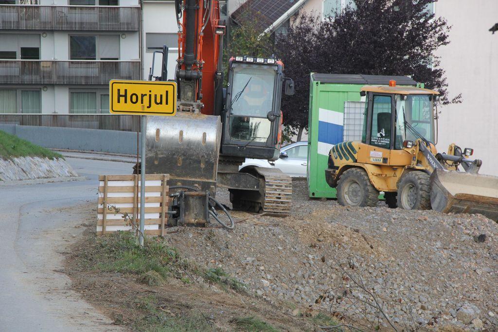 Župan naproša vse, ki cesto uporabljajo, da so razumevajoči in strpni, s tem bodo dela tudi hitreje končana.