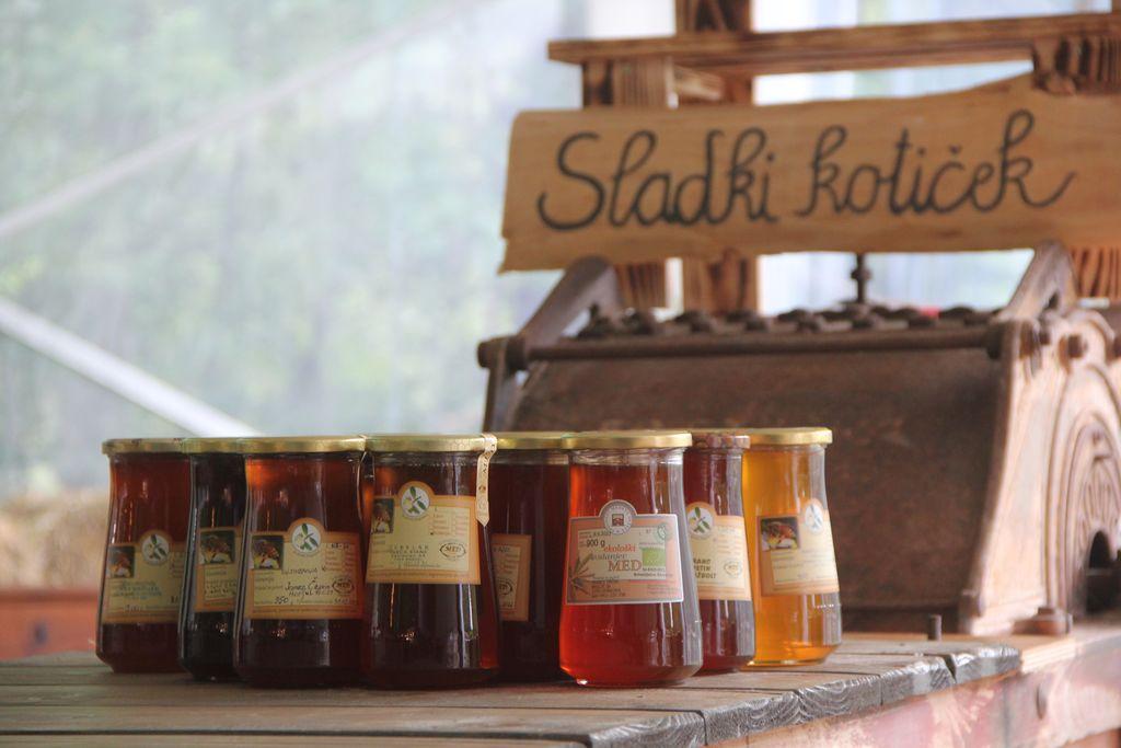 Čebelarji so zbrali kar 25 kilogramov medu za otroke.