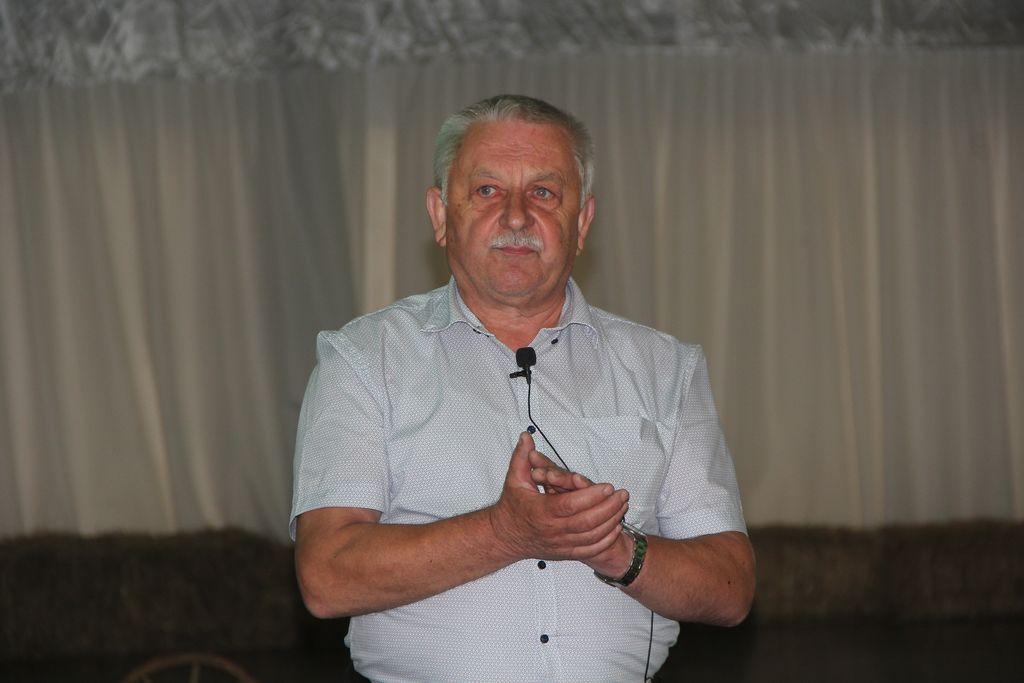 Predsednik čebelarskega društva Dolomiti Polhov Gradec, Janko prebil.
