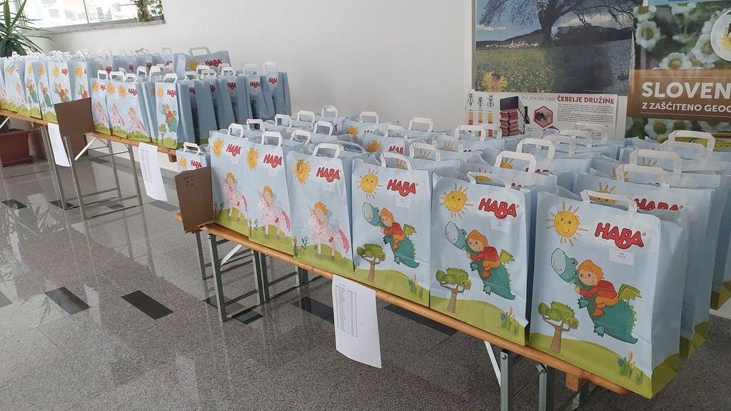Vrečke z darili so namesto angelov razdelili staršem otrok kar pridni sodelavci na občini.
