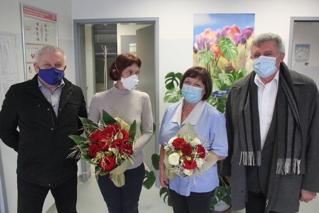 Zdravnica in sestra sta prejeli šopek v zahvalo za dolga leta sodelovanja v Horjulu.