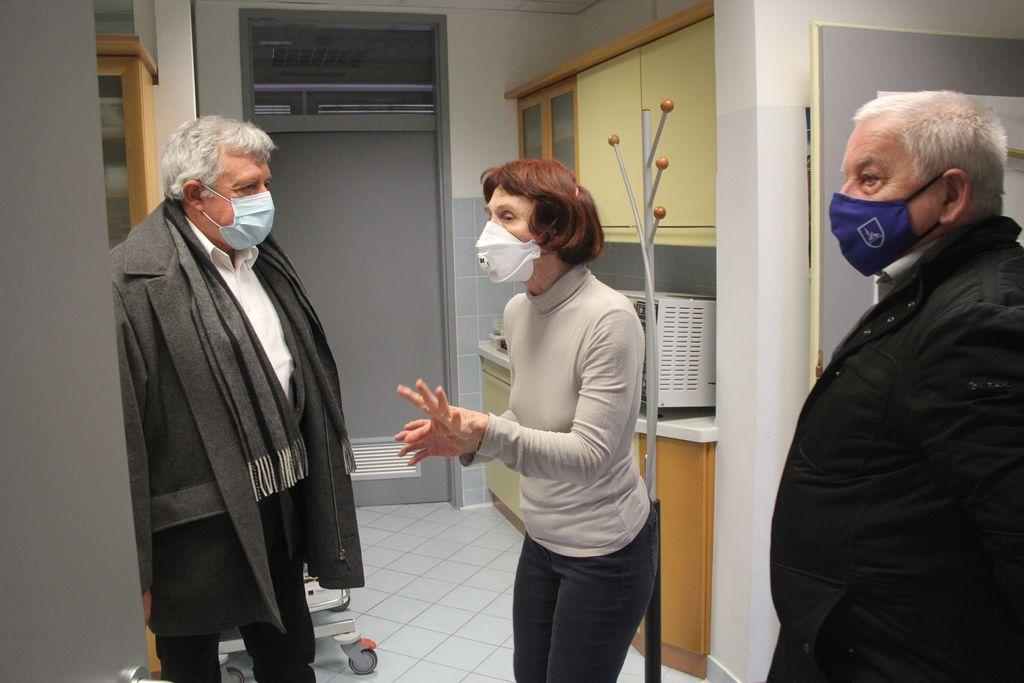 Nekdanja zdravnica dr. Janja Pirc je novemu zdravniku dr. Primožu Rusu razkazala prostore v družbi župana Janka Prebila.