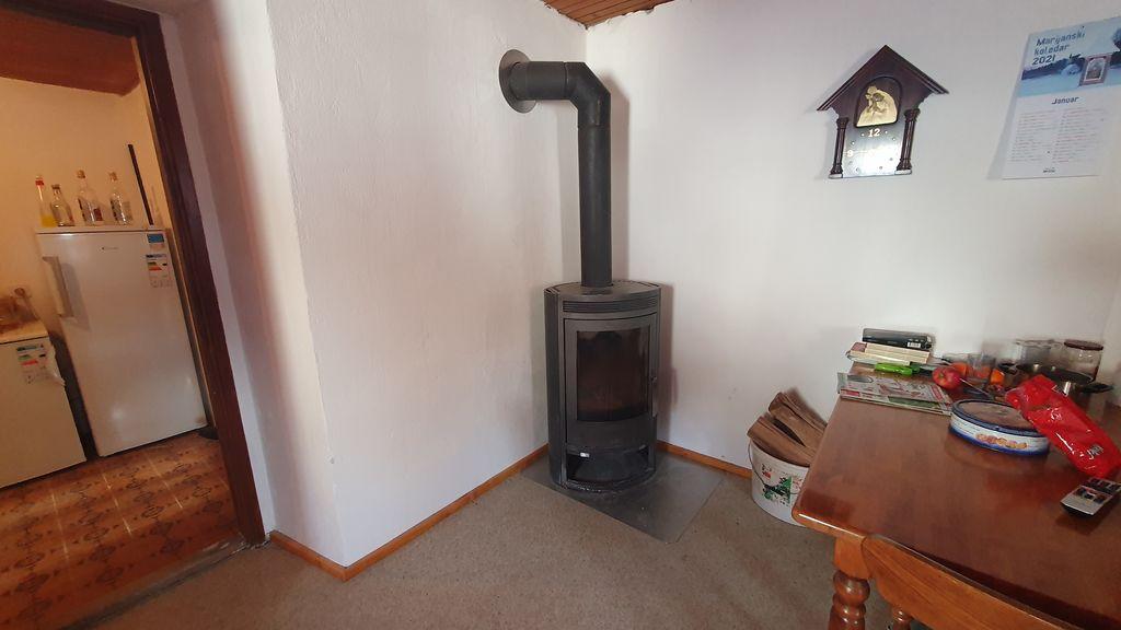 Staro krušno peč so v delovani akciji zamenjali z novejšo pečjo, ki hitro ogreje hišo.