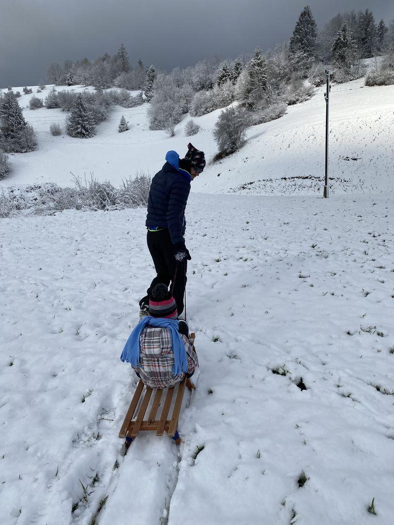 Otroci uživajo v zimskih radostih