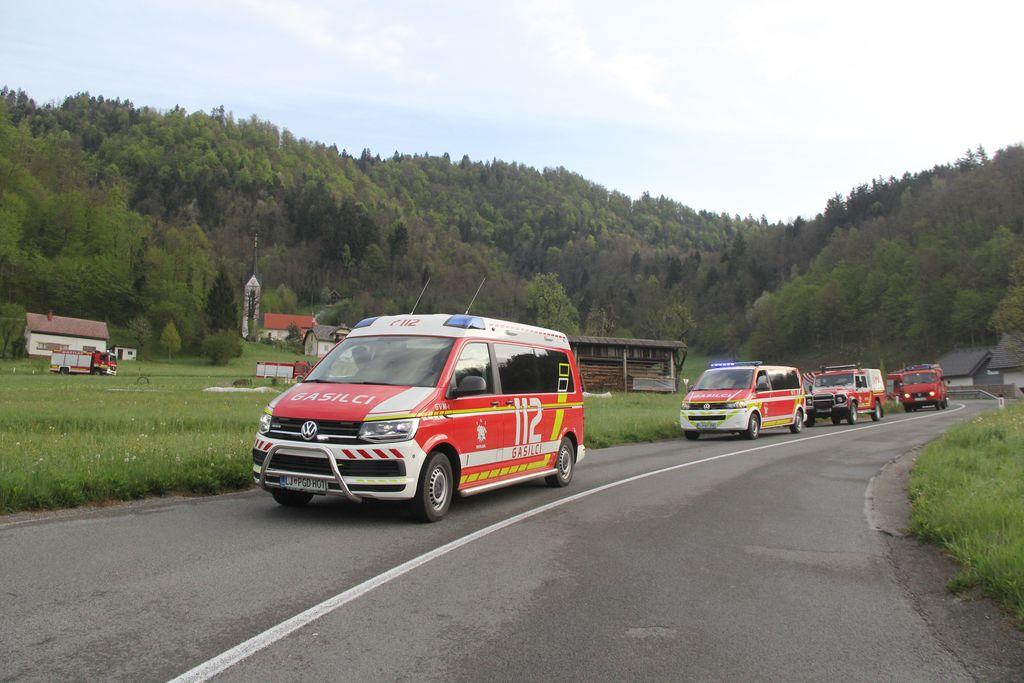 Kolona gasilskih vozil med spustom iz Samotorice v Vrzdenec.