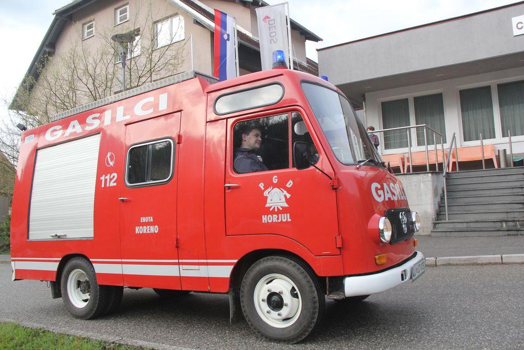 Najstarejše gasilsko vozilo TAM letnik 1980 mimo doma starejših občanov Horjul.