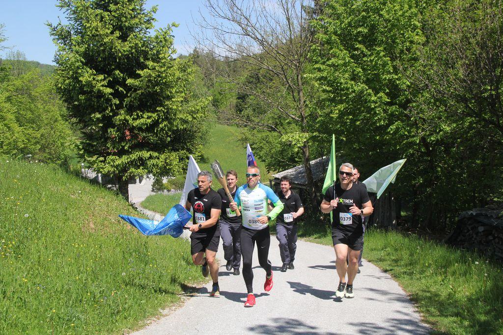 Na vrh Urha je baklo prinesla prva skupina, kjer je tekel tudi maratonec Jože Marolt, ki upa, da bo lahko tekel na olimpijskem maratonu v Parizu.