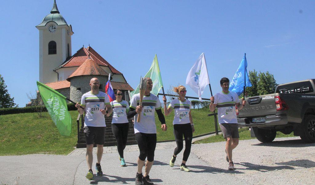 Člani športnega društva Vrzdenec so baklo ponesli v dolino.