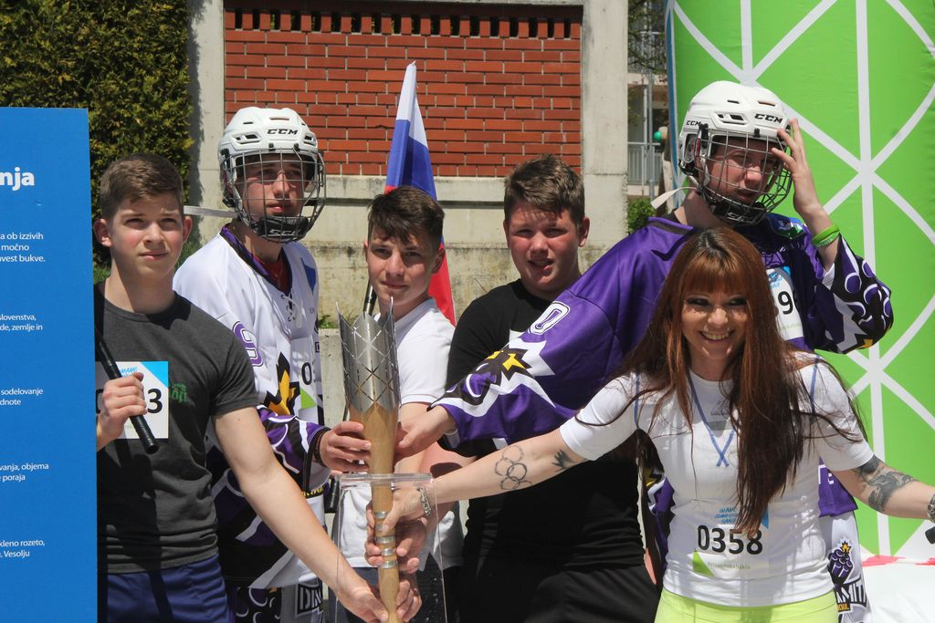 Devetošolci ob štafeti v družbi dvakratne olimpijke Nine Bednarik, sicer njihove učiteljice športne vzgoje.