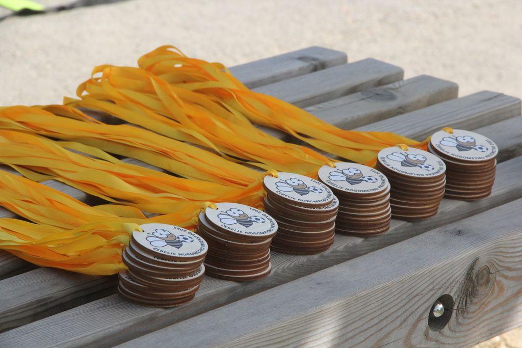 Čebelje medalje s podobo čebelice Julke.