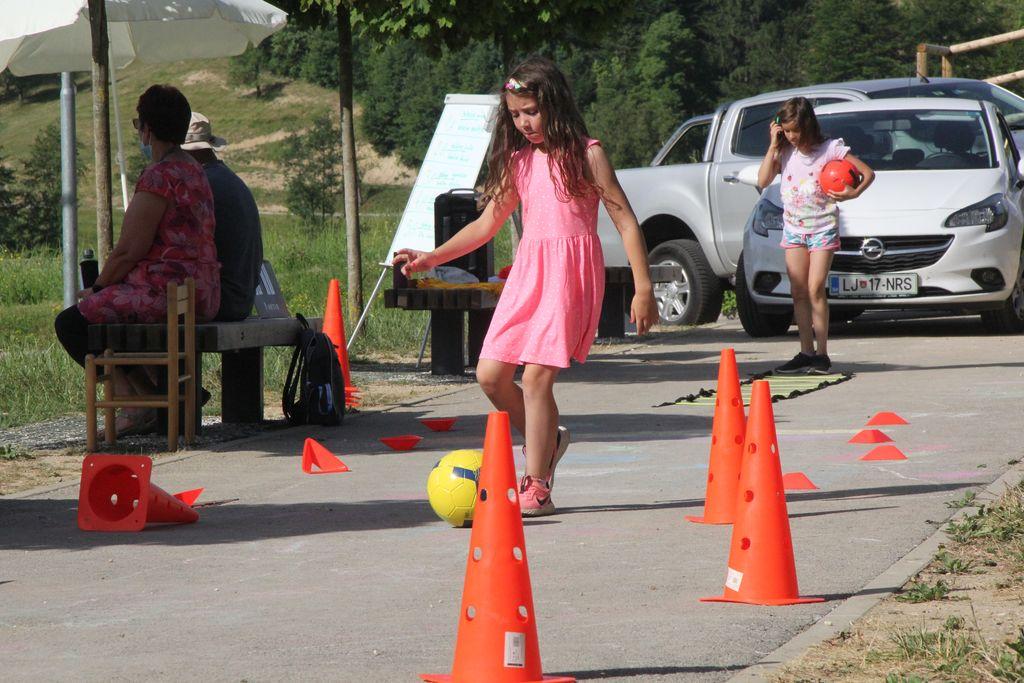 dekleta so namesto tekmovanja v nogometu izbrala vodenje žoge po poligonu.