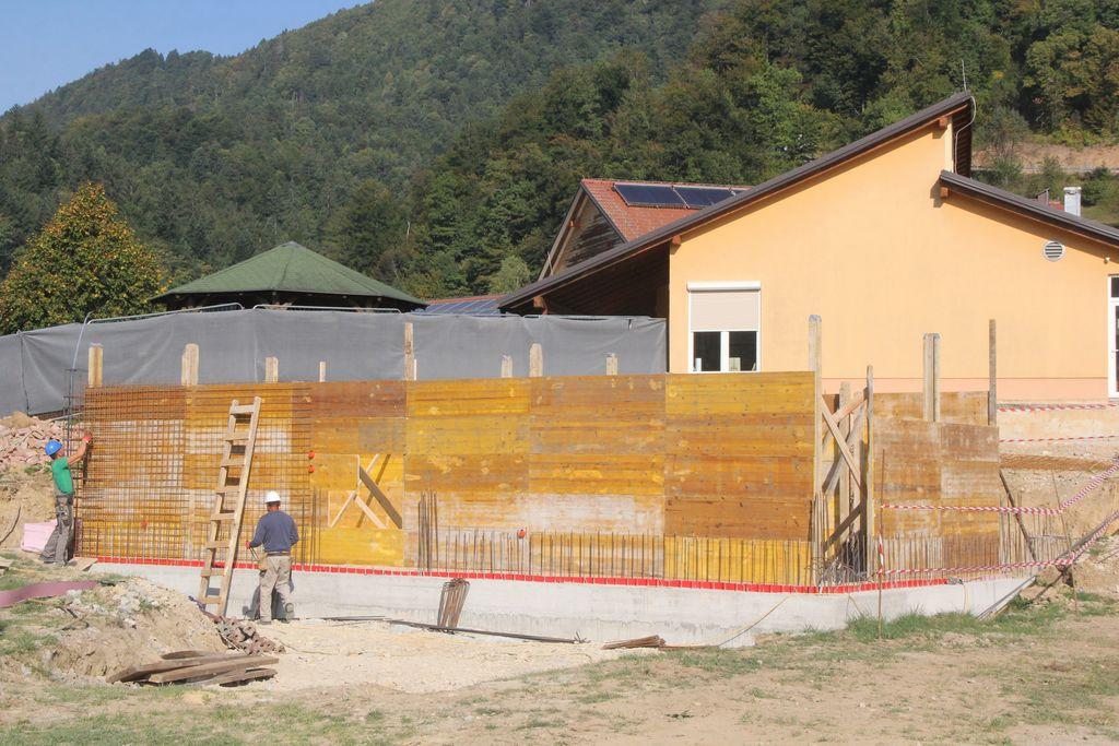 Gradbena dela spodnjega, betonskega dela prizidka so v polnem razmahu.