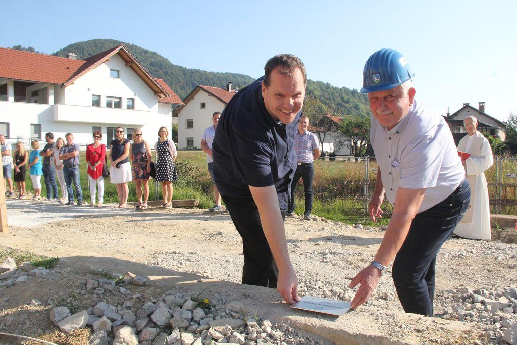 Župan Janko Prebil in ravnatelj OŠ Horjul Aleksander Gube ob polaganju temeljnega kamna prizidka vrtcu.