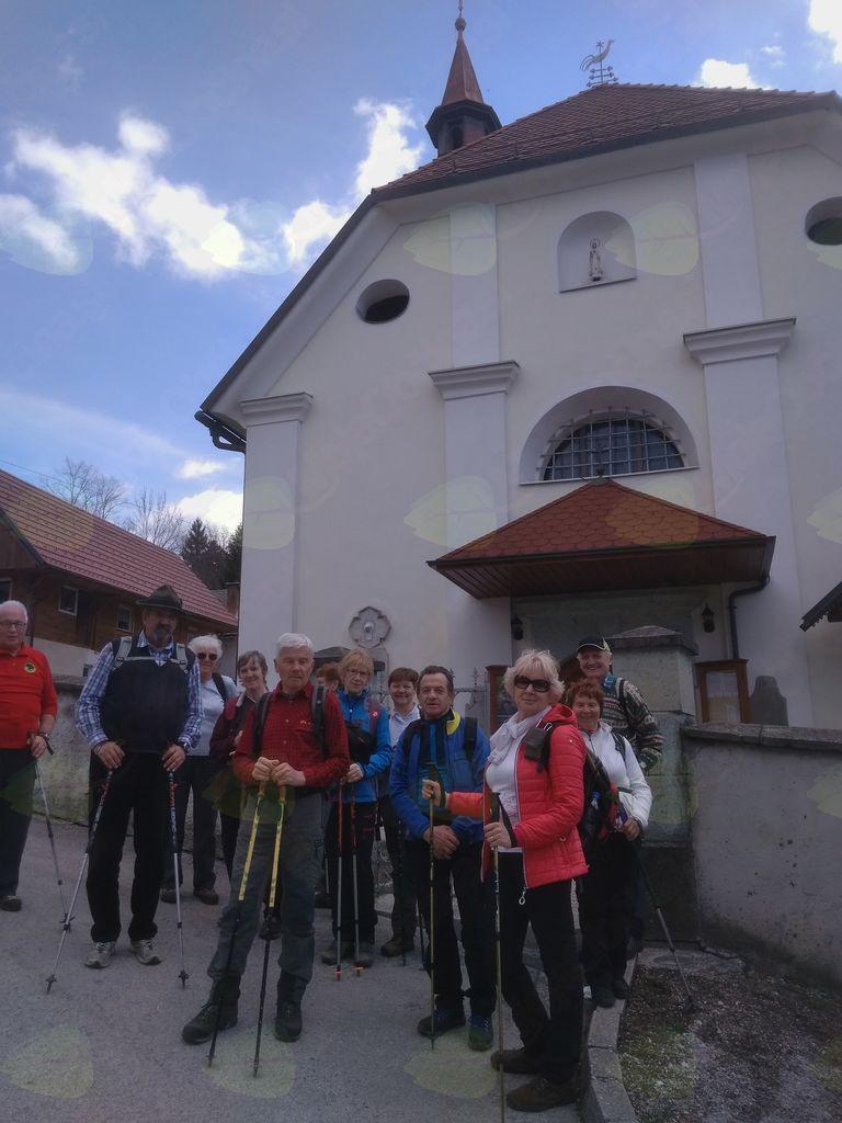 Pred cerkvijo sv.Jakoba v Lešah