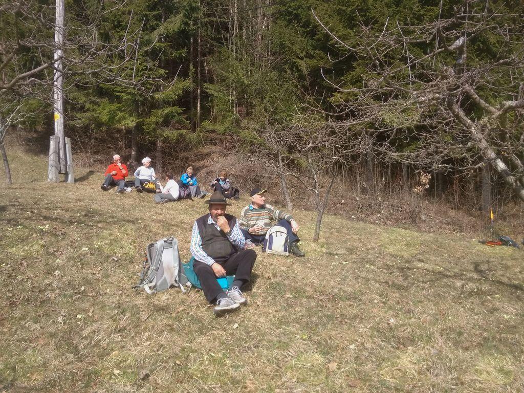Pohod v okolici Leš: pri malici nas prijetno greje toplo spomladansko sonce