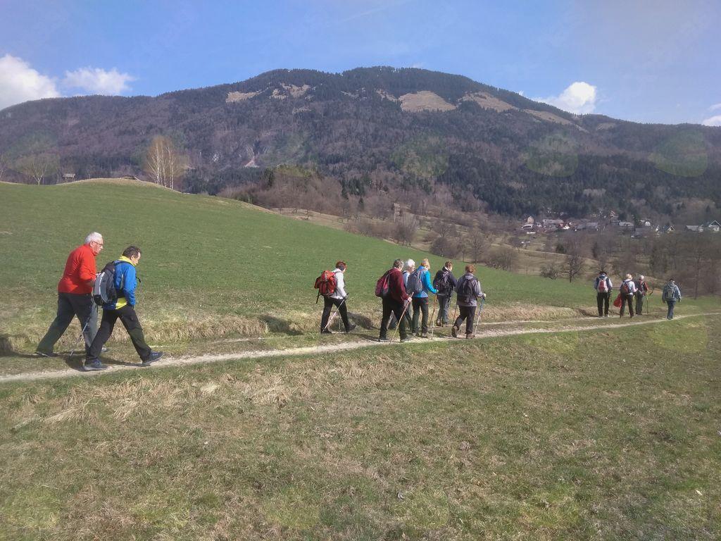 Prijetna hoja med travniki v okolici Leš,  v ozadju Dobrča