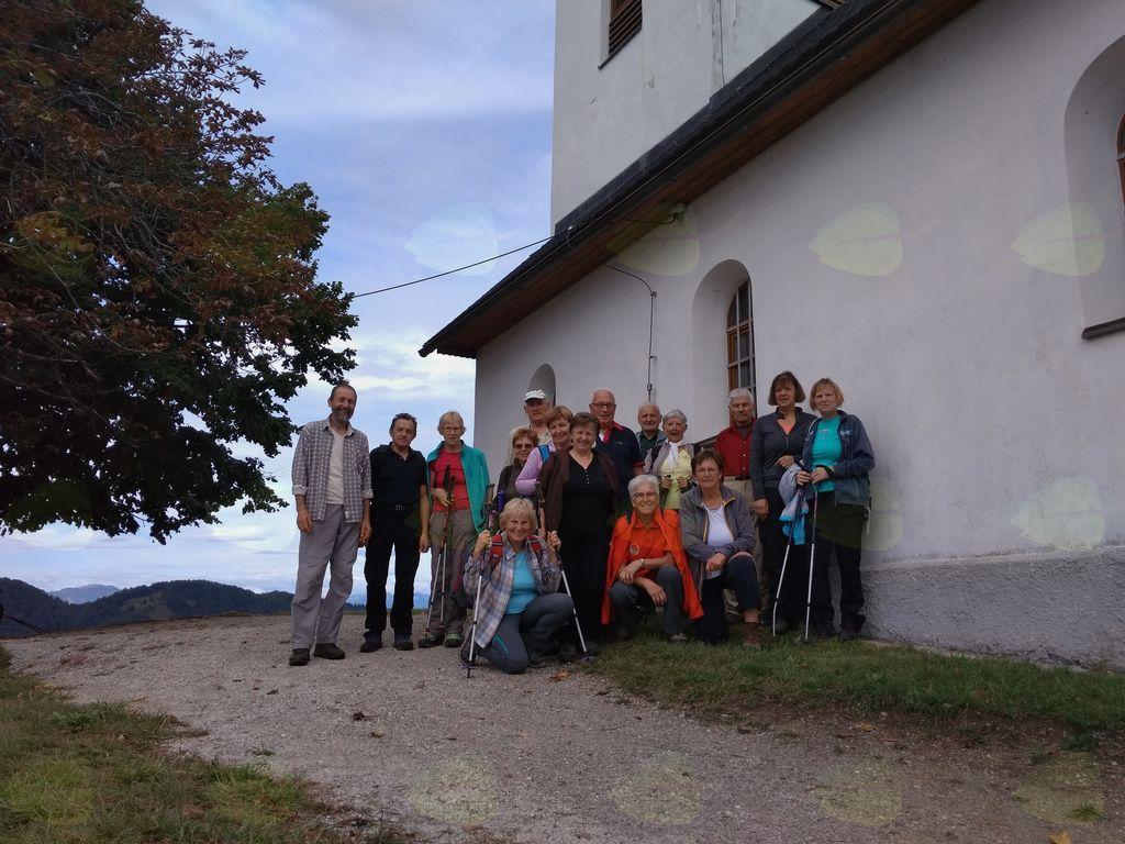 Pohodniki pred cerkvico Sv. Jakoba