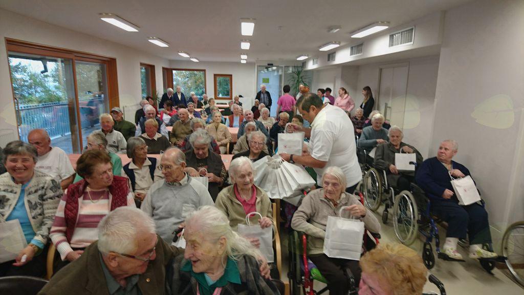 Prostovoljci Rdečega križa Kranj obiskali Dom starostnikov Preddvor