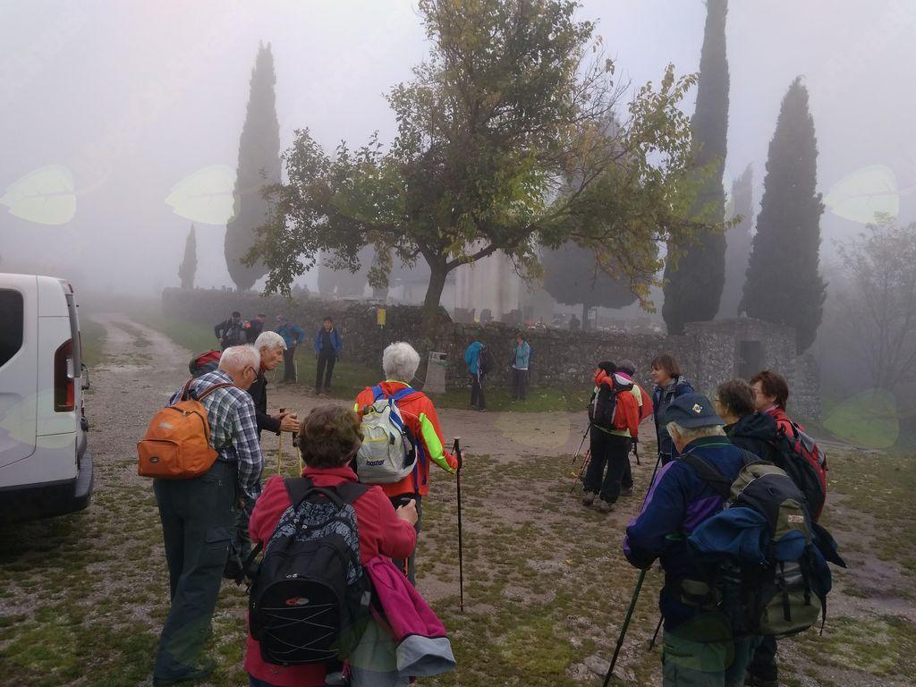 Začetek pohoda pred cerkvico Sv. Kvirika v megli.