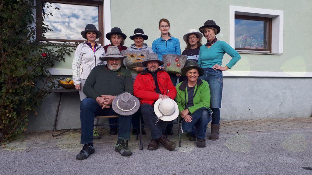 Člani TD Kokra so izdelovali polstene klobuke